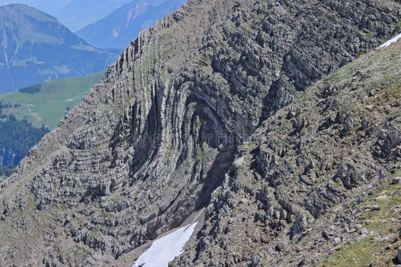 水成岩被折叠入在高山瑞士山的syncline 库存图片