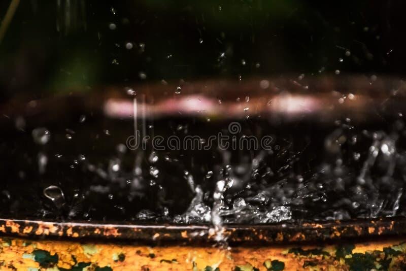 水扩散,当雨击中导致比喻无法说明 库存照片