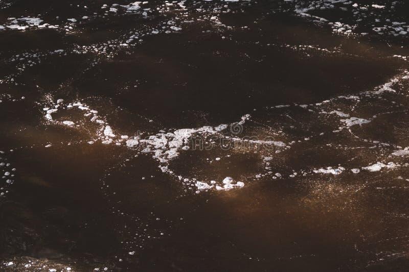 水抽象背景 与波纹纹理的水表面 库存照片