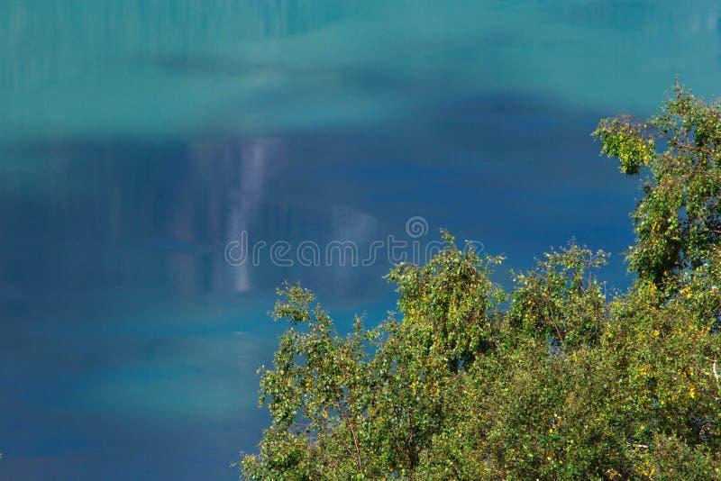 水接近镇静湖软的纹理背景 免版税库存图片