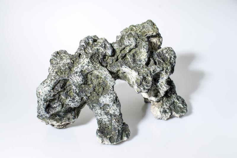 水族馆装饰岩石在白色背景中 免版税库存图片