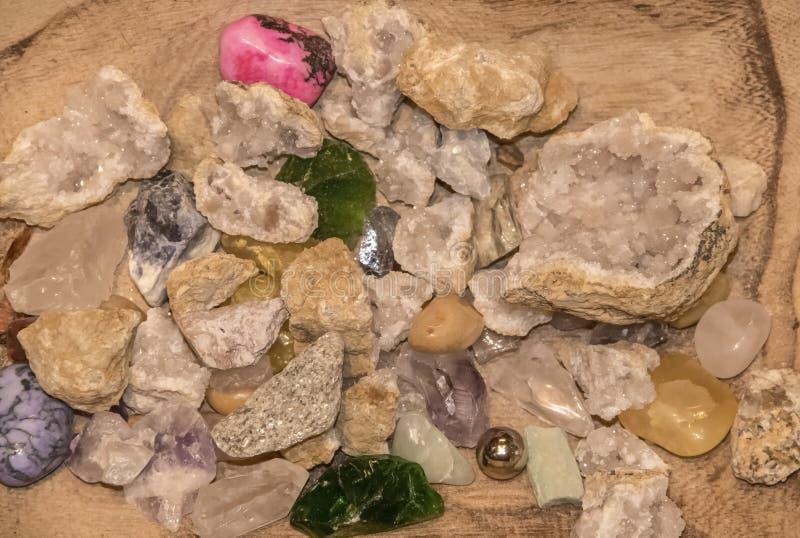 水晶和石头混合物的背景在美妙地成颗粒状的木背景-特写镜头 免版税库存图片