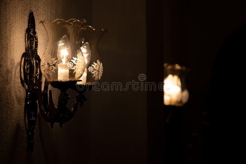 水晶墙壁枝形吊灯在一个黑暗的环境里 库存照片