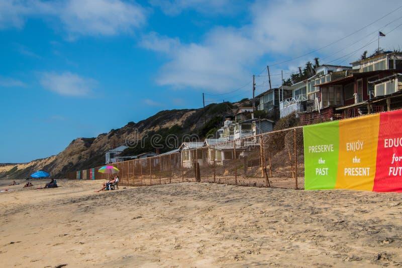 水晶小海湾是一个美丽的海滩在老恢复海滩边家庭村庄的加利福尼亚 免版税图库摄影