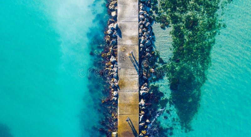 水晶水和凉快的石桥梁在海 库存照片