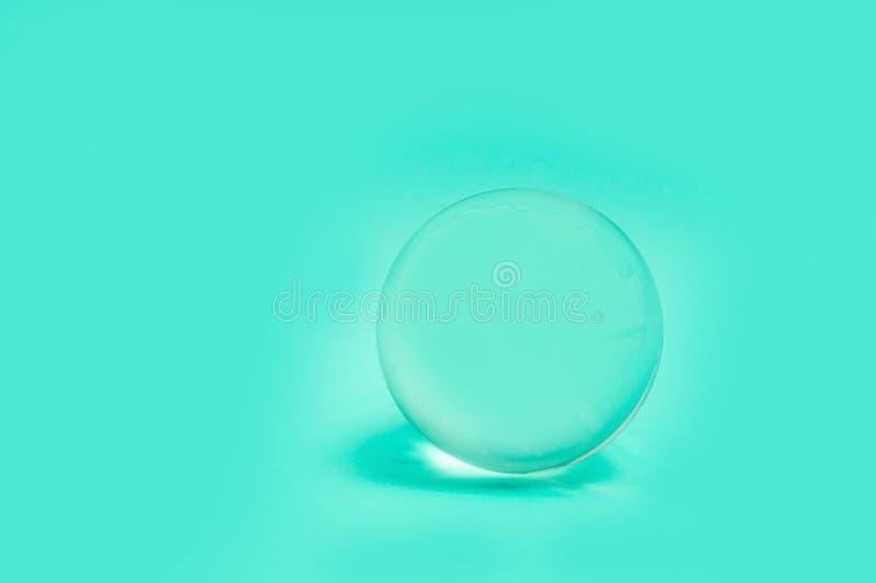 水晶玻璃球形球透明绿色简单的对象背景光 图库摄影