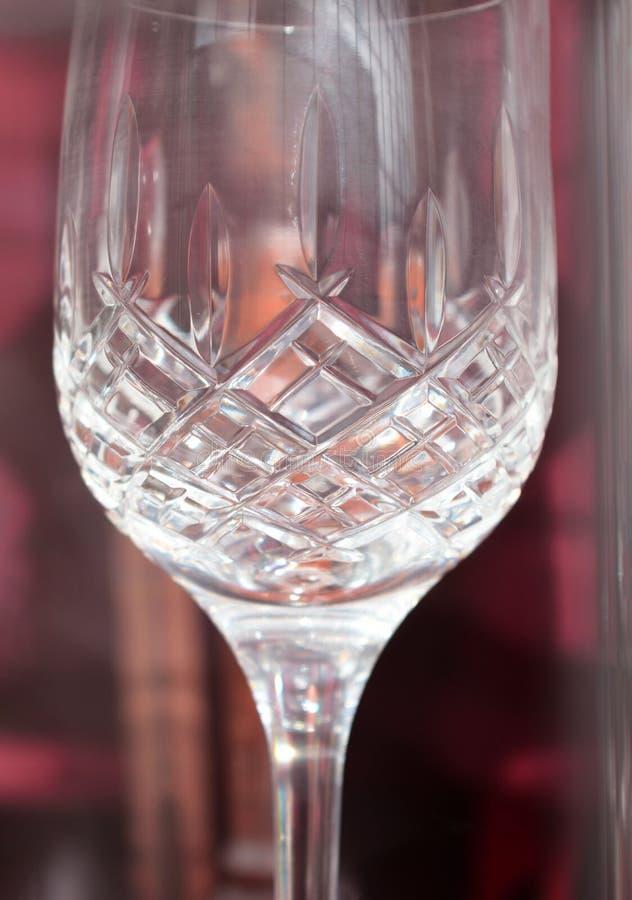 水晶玻璃细节有红色和黑暗的背景 库存图片