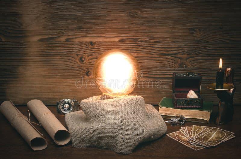 水晶球和占卜用的纸牌 集会 命运和未来读书  库存照片