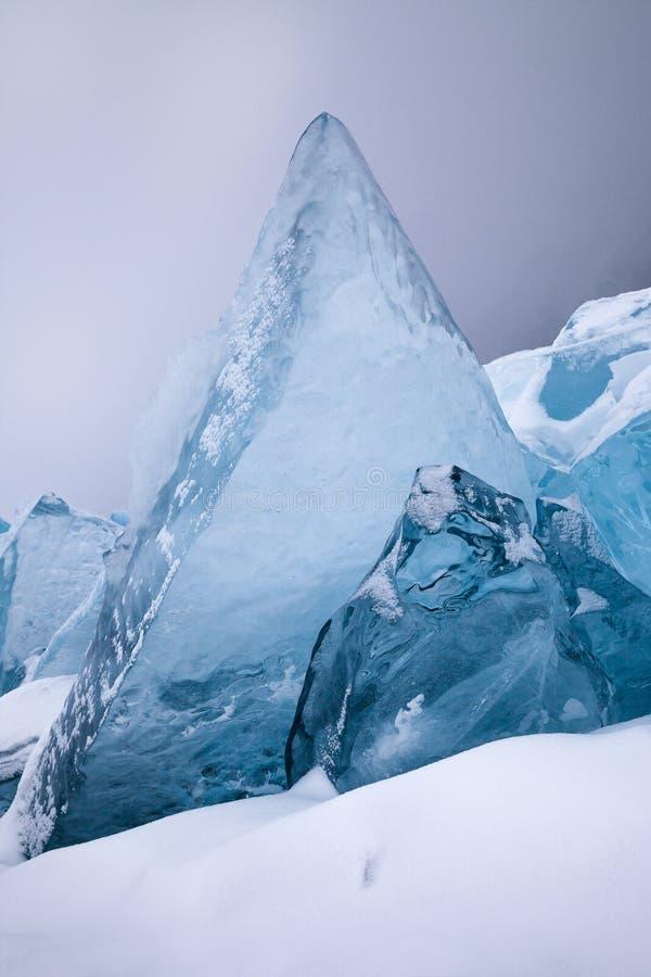 水晶蓝色冰块在冬天 免版税库存照片