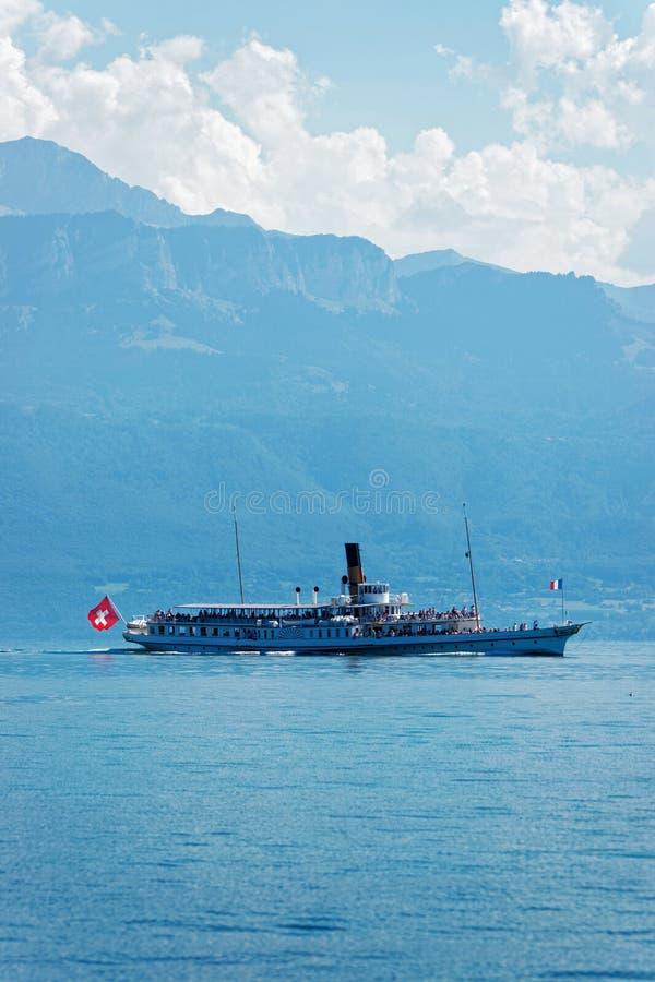 水有瑞士旗子的轮渡船在莱芒湖洛桑 免版税库存图片