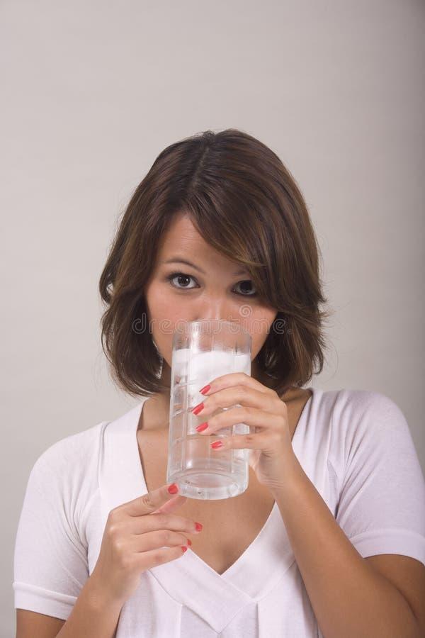 水杯冰水妇女 库存图片