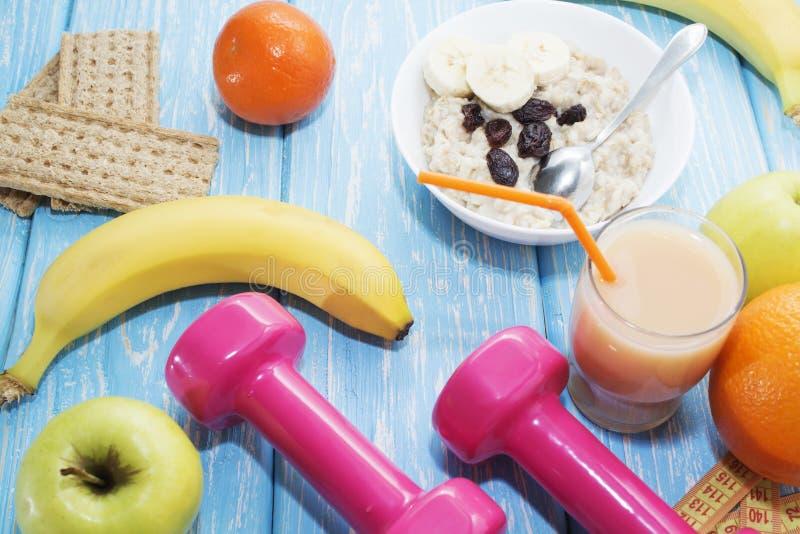 水果、蔬菜、汁液、圆滑的人和哑铃健康饮食和健身生活方式概念 免版税库存照片