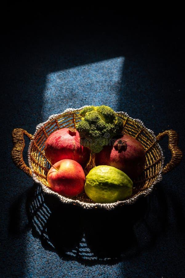 水果和蔬菜创造性的喜怒无常的射击在一个金黄篮子 库存图片