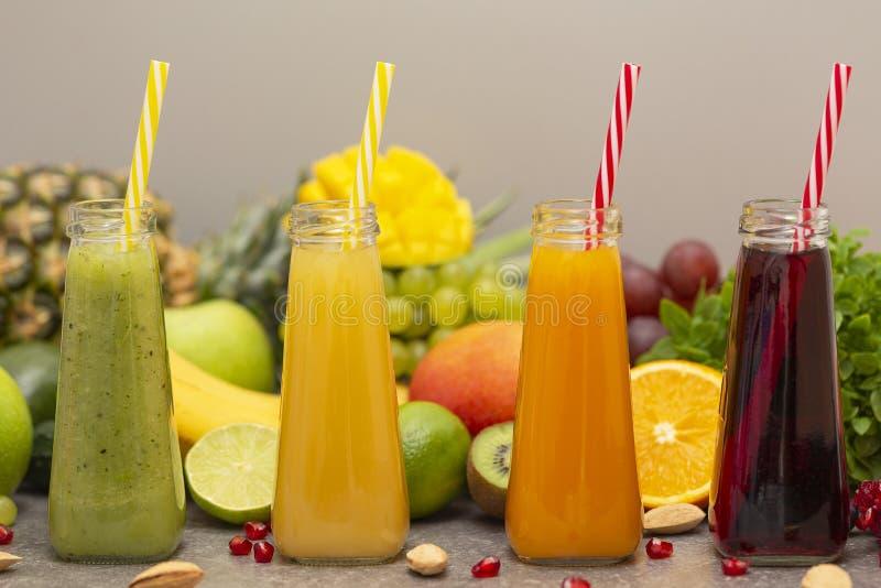 水果和蔬菜圆滑的人的分类在玻璃瓶的 新鲜的有机圆滑的人成份 戒毒所,节食或者健康食品 免版税图库摄影