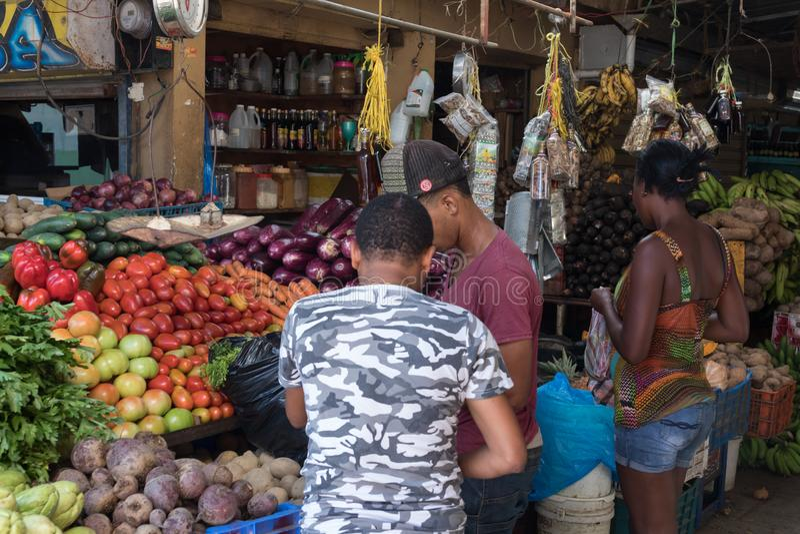 水果和蔬菜在一个室外市场上 库存图片