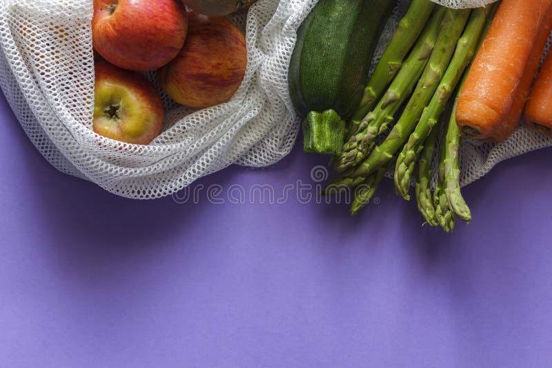 水果和蔬菜在可再用的袋子与拷贝空间 库存照片