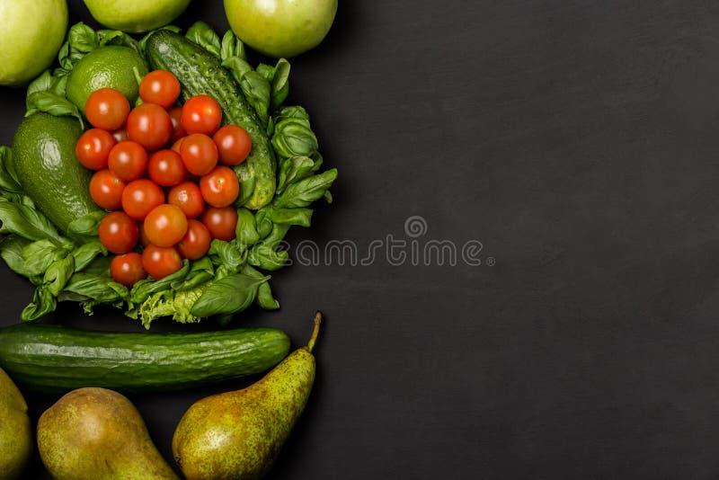 水果和蔬菜在土气木backround与空间文本的 健康吃,节食,减肥和斟酌损失概念 Ve 库存图片
