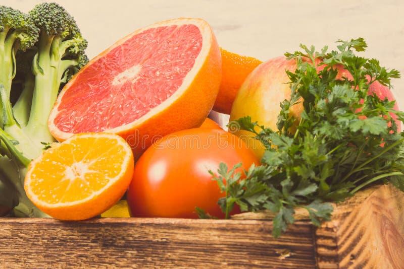 水果和蔬菜当来源矿物和维生素 饮食,减肥和健康营养概念 免版税库存图片