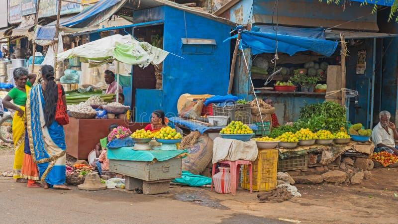 水果和蔬菜待售在印地安路旁 免版税库存图片