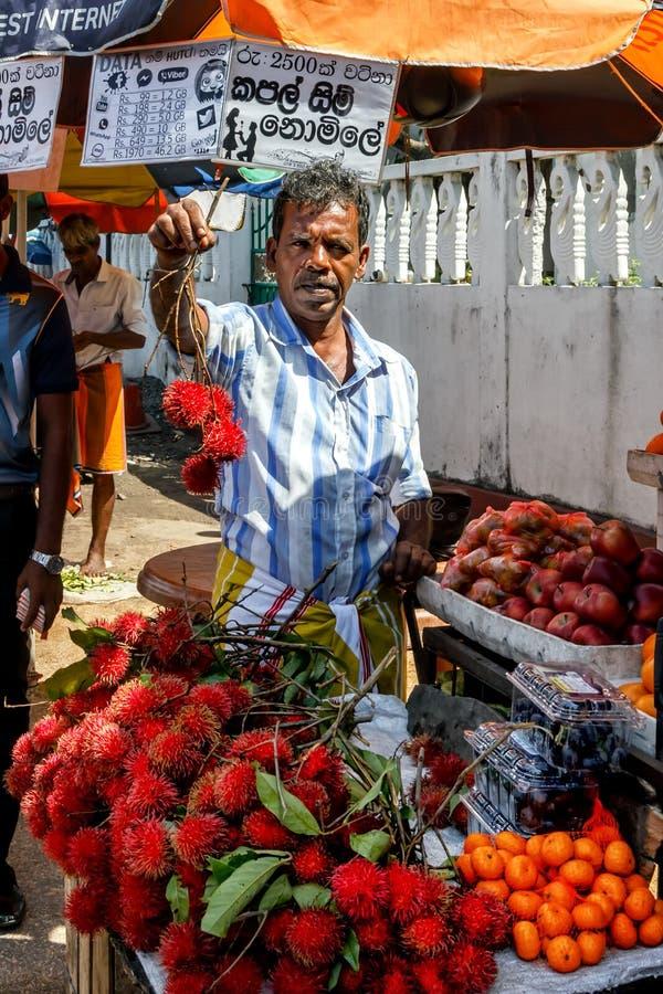 水果和蔬菜的街边小贩为买家提供它的物品 免版税图库摄影