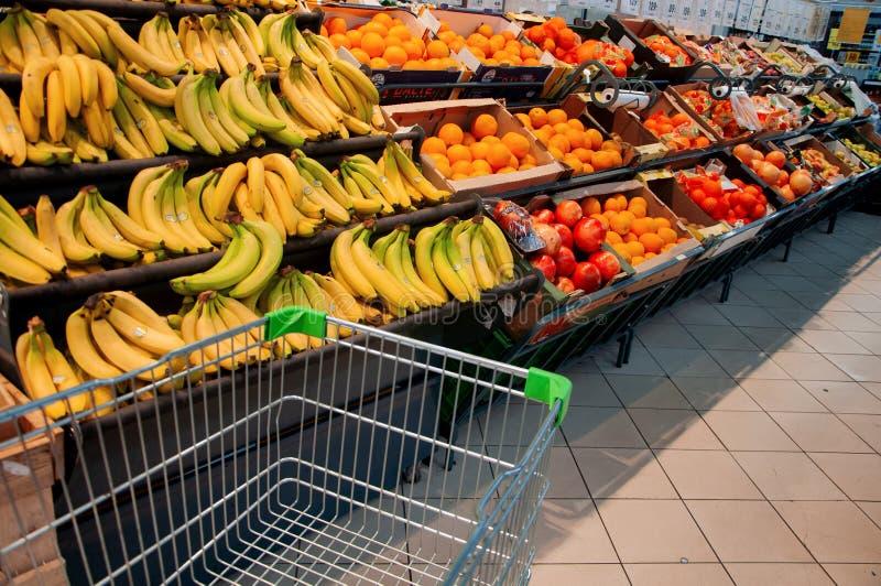 水果和蔬菜的购物在超级市场 库存照片