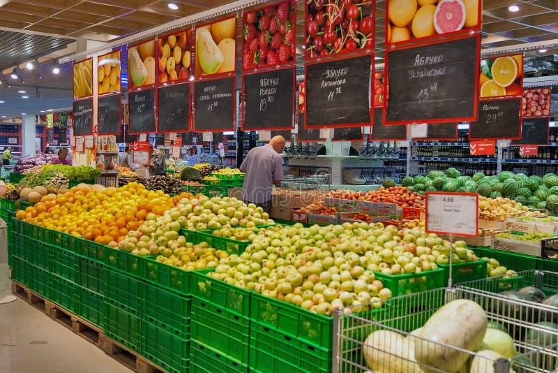 水果和蔬菜的部门在Fozzy大型超级市场 基辅,乌克兰 免版税库存图片