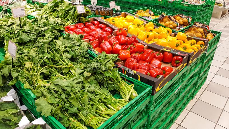 水果和蔬菜部门在购物中心 库存照片