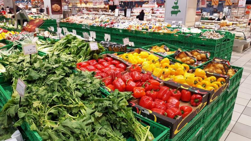 水果和蔬菜部门在购物中心 免版税库存照片