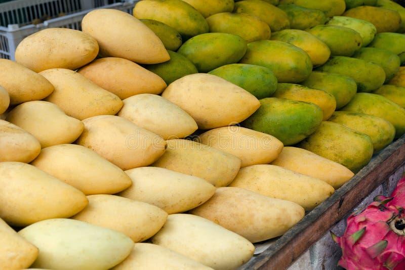 水果市场用成熟芒果 库存图片