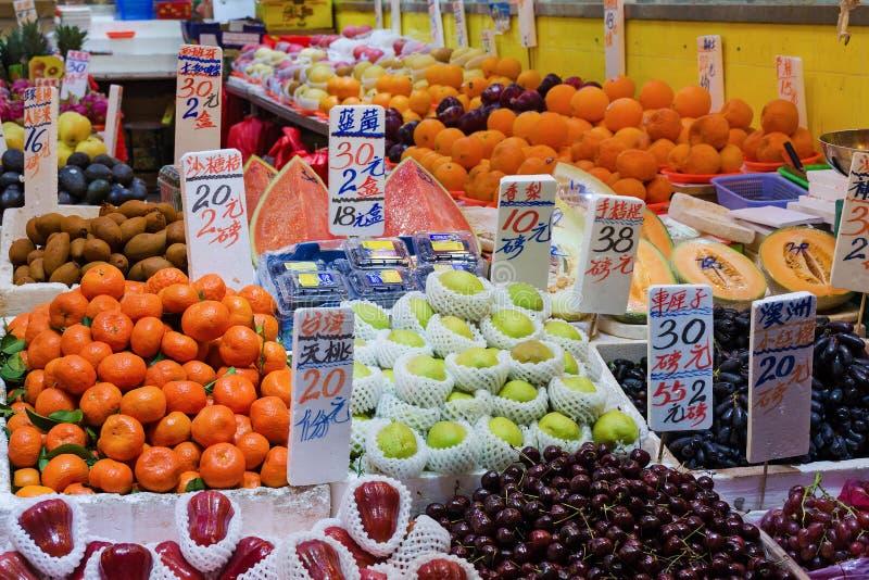 水果市场-箱子用在街道上的果子,有价牌的 免版税库存图片