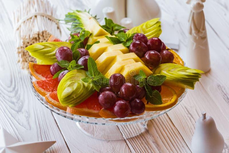 水果沙拉用芒果、梨和葡萄 免版税库存照片