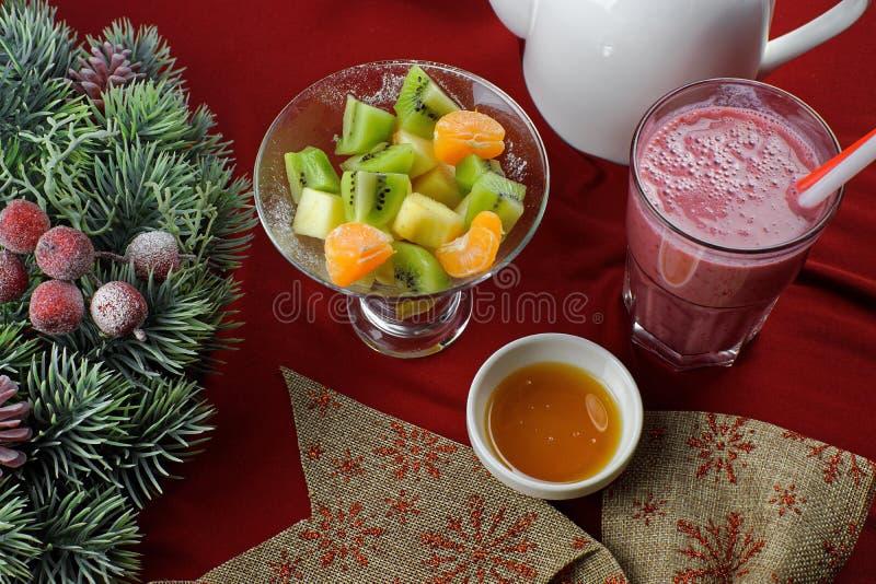 水果沙拉用莓果汁 免版税库存照片