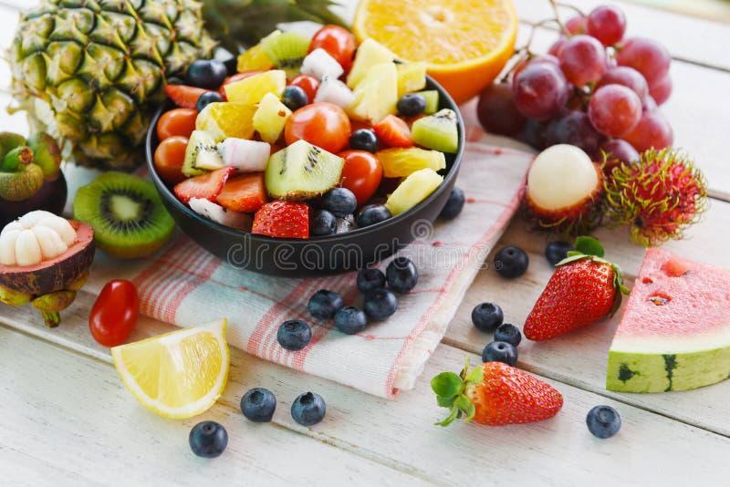 水果沙拉碗新鲜的夏天水果和蔬菜健康有机食品西瓜草莓橙色猕猴桃蓝莓龙 免版税库存图片