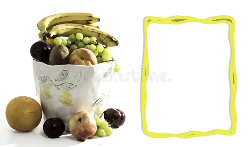 水果篮用桔子,苹果计算机,垂直,猕猴桃、葡萄和桃子 乐趣素食主义者和素食健康食品概念 库存图片