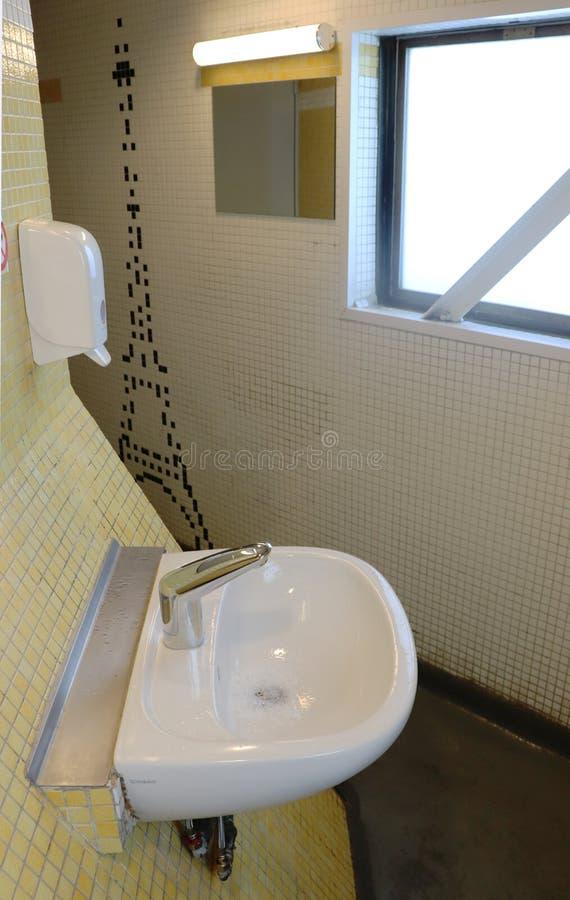 水槽在卫生间里在埃菲尔铁塔顶部 免版税库存照片