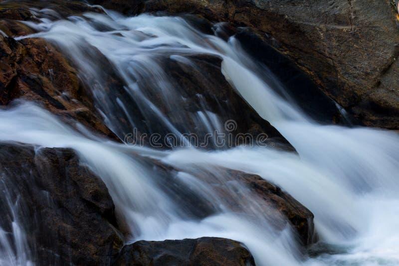 水槽瀑布在大烟雾弥漫的山脉公园 库存照片