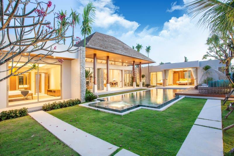 水池别墅内部和外部设计与房子或住宅建设的游泳场的 免版税图库摄影