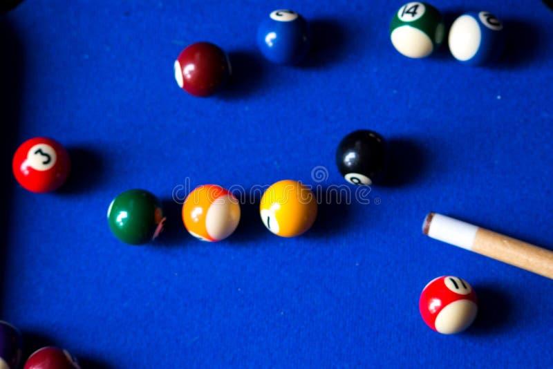 水池在蓝色桌体育比赛集合的撞球 落袋撞球,水池比赛 免版税库存照片