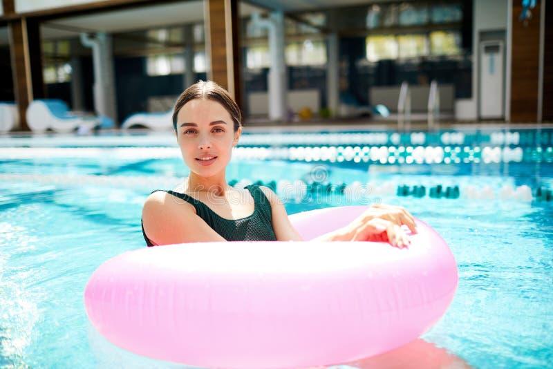 水池浮体的女孩 库存照片