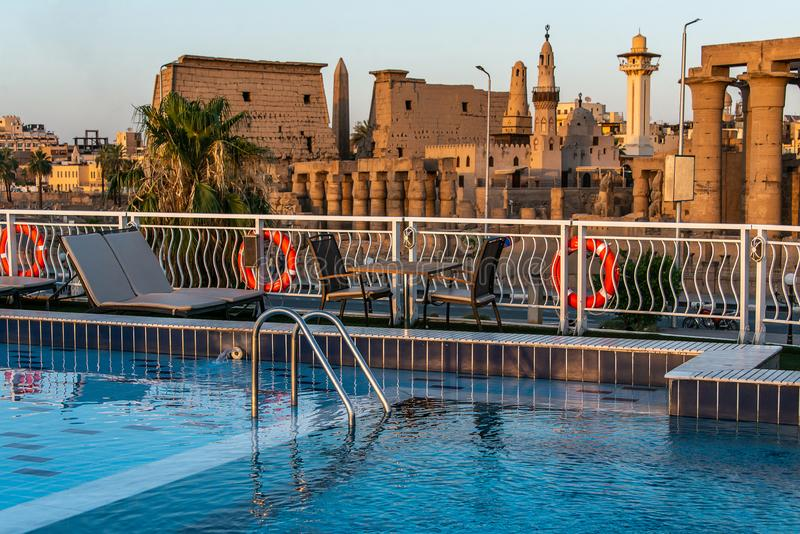 水池甲板豪华小船游轮在黎明日落期间的埃及卢克索 库存图片