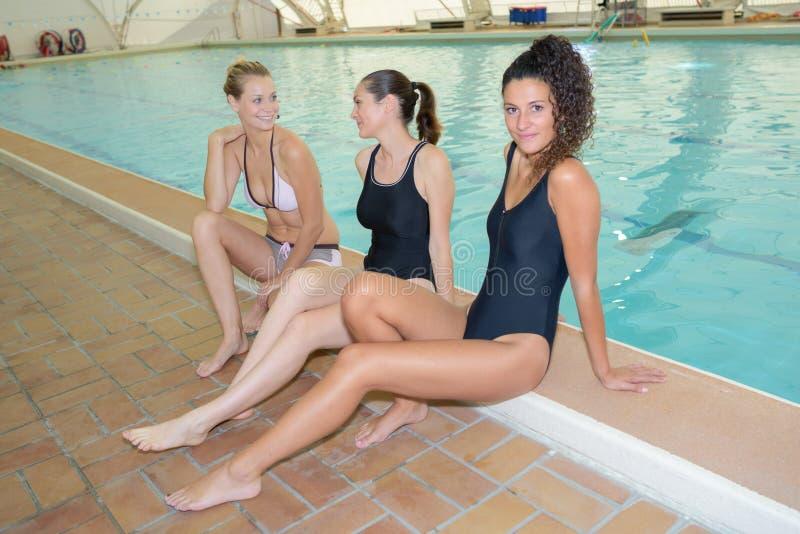 水池的三个女孩 免版税库存图片