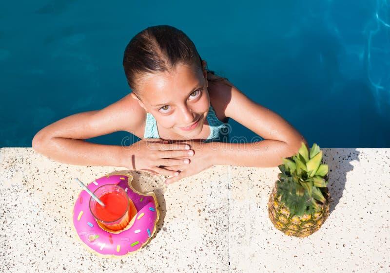 水池的女孩 免版税库存图片