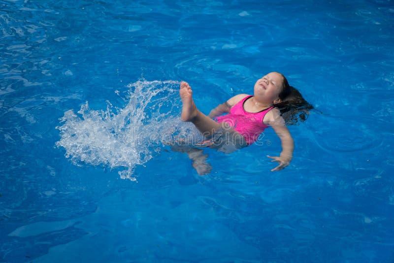 水池的女孩Splasing 免版税库存图片
