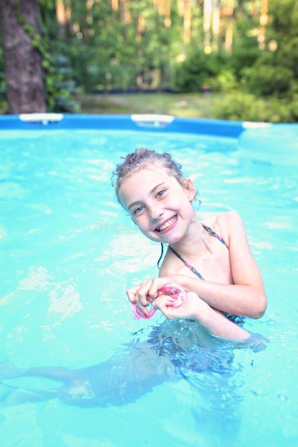 水池的少女 免版税图库摄影