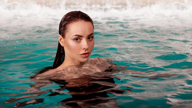 水池的性感的年轻女人,在水画象的头 免版税库存照片