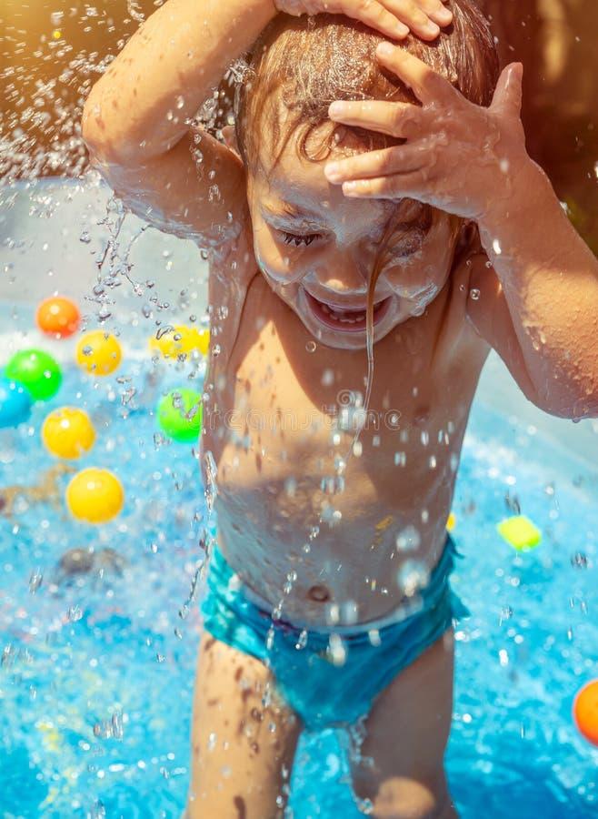 水池的愉快的孩子 免版税图库摄影