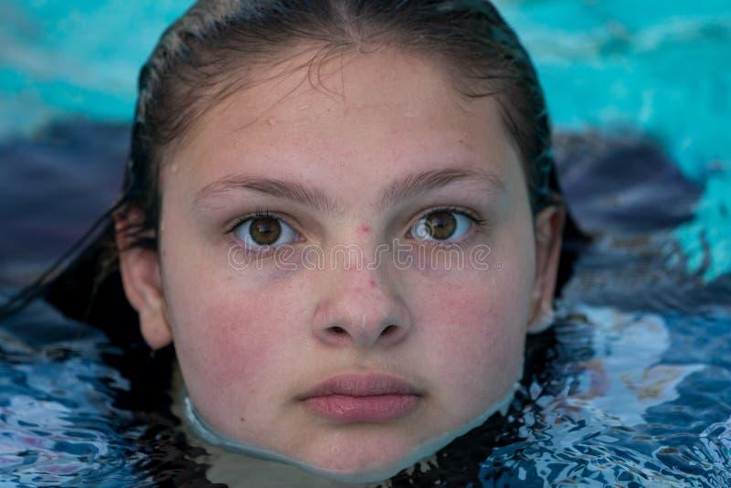 水池的青少年女孩 库存图片