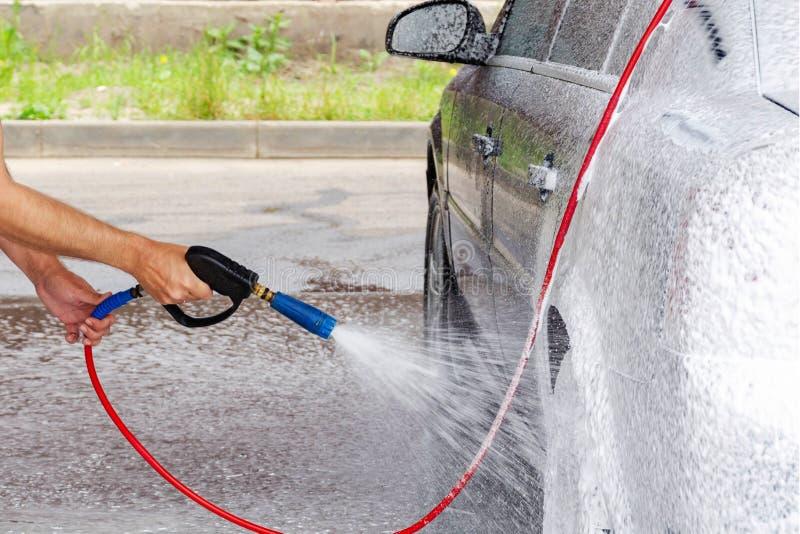 水汽车洗涤物与肥皂的在高压 免版税库存照片