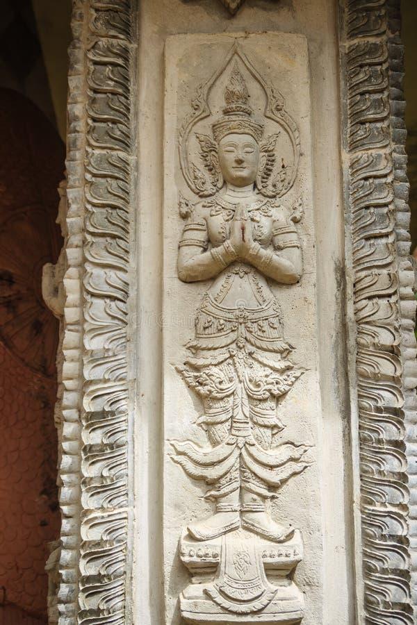 水泥天使在致以对欢迎的行动热衷了尊敬对公开佛教寺庙 泰国样式被制作的灰泥天使是行动的Wai 免版税库存图片