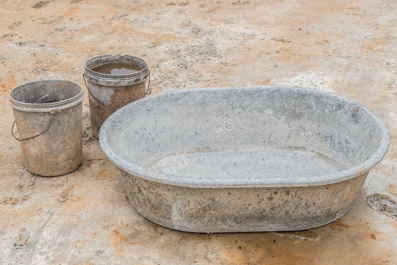 水泥混合的木盆 免版税库存照片